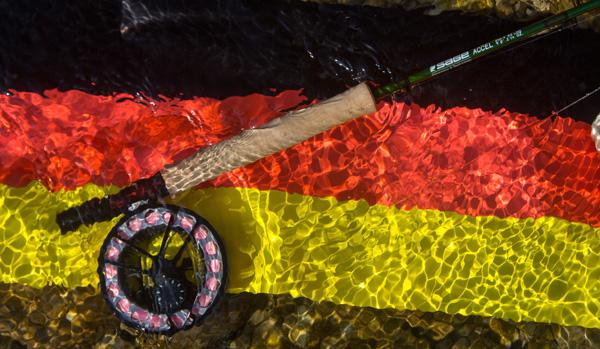 SAGE Fliegenrute auf einer Deutschlandflagge