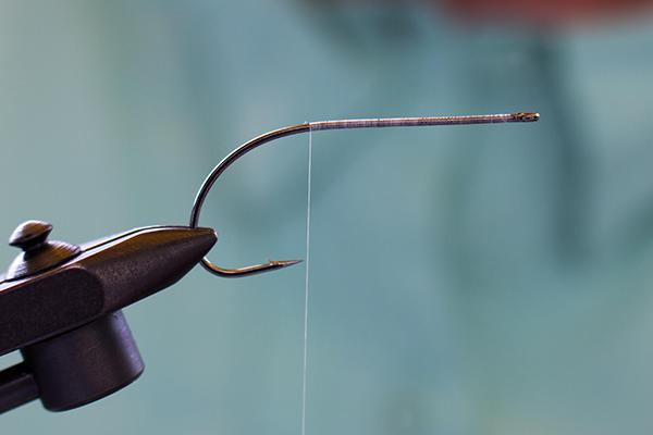 Grundwicklung mit dem Bindefaden Technical Tying Thread (TTT)